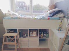Wie praktisch! Einfach das Bett über Kallax-Regale (IKEA) montieren und schon hat viel zusätzlichen Stauraum.