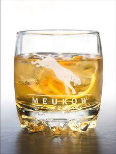 Meukow LONG DRINK - In a glass full of ice cubes, mix 2cl of Meukow VS Cognac with 6cl of Ginger Ale. Add some orange zest. Dans un verre rempli de glaçons, mélangez 2cl de cognac Meukow VS avec 6cl de Canada Dry. Ajoutez, si vous le souhaitez, un zeste d'orange.