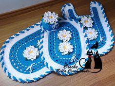 Lindo jogo de banheiro em croche com lindas flores segredo.Deixe seu banheiro mais elegante e chique com este jogo nas cores azul e branco,detalhes do biquinho trançado.Feito com barbante de excelente marca e qualidade,podendo ser na cor desejada.Composto por 04 peças.