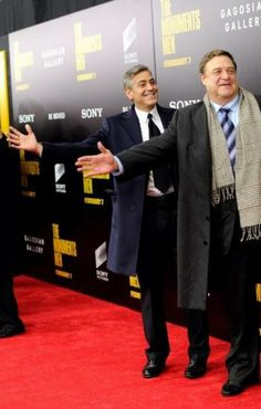 George Clooney y John Goodman en el estreno de Monuments men.