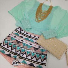 hotpants-outfit-sommer-aztekenmuster-pailetten-mintgruene-bluse