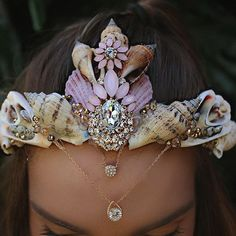 Image uploaded by Find images and videos about fantasy, mermaid and crown on We Heart It - the app to get lost in what you love. Mermaid Crafts, Mermaid Diy, Mermaid Tails, Mermaid Makeup, Mermaid Shell, Seashell Crown, Shell Crowns, Mermaid Crown, Mermaid Headpiece