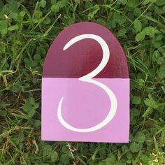 ✿ In geschwungener Schrift erstrahlt diese Hausnummer auf einer zweifarbiger Grundierung - individualisierbar in Zahl & Farbe Lululemon Logo, Logos, House Numbers, Base Coat, Basic Colors, House Exteriors, Cottage Chic, Home Decor Accessories, Logo