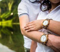 """Klassisch schön und unglaublich vielseitig ist das Herrenmodell """"Großglockner zeitlos"""" aus Eichenholz mit schneeweißem Ziffernblatt und arabischen Ziffern.  Ein besonderes Highlight sind die Bänder aus Leder oder handgefertigtem Schladminger Loden, die sich ganz leicht tauschen lassen. Die Lodenbänder werden übrigens in Manufakturarbeit im Steirischen Ennstal gefertigt. Somit trifft elegantes Design auf alpinen Lifestyle und macht diese Uhr zu einem besonderen Lieblingsstück. Wood Watch, Design, Fashion, Classic, Handmade, Leather, Nice Asses, Wooden Clock, Moda"""