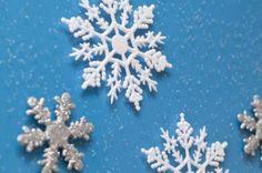 Cómo hacer una corona con copos de nieve de fieltro  | eHow en Español