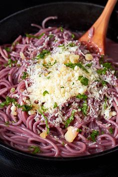 With a rich color and just the right amount of creamy deliciousness, this red wine garlic parmesan spaghetti is a winner for any weeknight dinner!