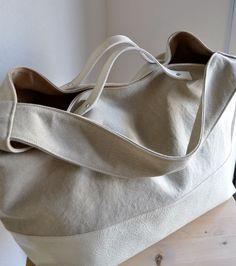 サイズ:H300×W360×D200mm素 材:キャンバス+ヤギ革カラー:サンドベージュ×ホワイト☆マチ巾を少し調整し、よ...|ハンドメイド、手作り、手仕事品の通販・販売・購入ならCreema。
