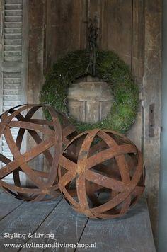 Metalen ballen als tuindecoratie op de tuintafel of voor binnen op de sidetable.  www.stylingandlivingshop.nl
