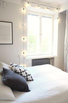 White and gray bedroom, stringlights | Kauniit neliöt