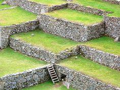 Fin da quando Hiram Bingham giunse a Machu Picchu nel 1911, tutti i visitatori hanno compreso che la cornice naturale del sito è importante come per gli edifici stessi. Ricerche recenti hanno dimostrato che la posizione del sito, e l'orientamento delle sue strutture più importanti, sono stati fortemente influenzati dalla posizione delle vicine montagne ritenute sacre.