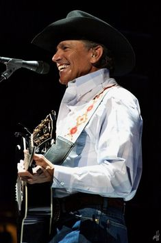 George Strait– Born and raised in the good ole' state of texas of course. Male Country Singers, Country Musicians, Country Music Artists, George Strait Family, Musica Country, Music Icon, King George, Country Boys, Dream Guy