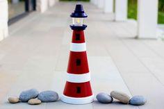 Una simpatica idea creativa per realizzare un faro. La torre, ideale per una casa al mare, è costruita impilando vasi di terracotta di diversa dimensione.