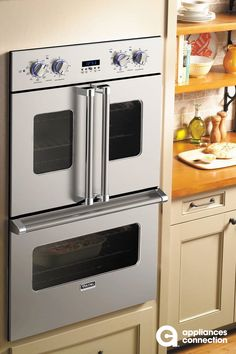 The double oven from Viking's Professional 7 series features French-door opening for the upper oven. It offers one of the largest oven capacities in the market and includes key features like convection, infrared boiler, control knobs with LED l Classic Kitchen, Rustic Kitchen, New Kitchen, Kitchen Decor, Kitchen Ideas, Viking Kitchen, Kitchen Board, Kitchen Oven, Awesome Kitchen