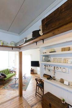 仕事用の素材は、鴨居の上に設けた棚に収納。これにより空間を無駄なくすっきりさせている。