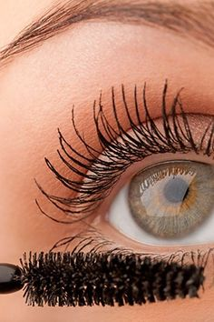 Makeup Mistakes That Make You Look Older Than You Are--using liner and mascara on lower lashes.curl upper lashes, apply volumizing mascara, then lightly to bottom lashes All Things Beauty, Beauty Make Up, Beauty Nails, Hair Beauty, Beste Mascara, Makeup Mistakes, How To Apply Mascara, Applying Mascara, Apply Eyeliner