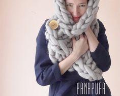 Esta bufanda única fue tejido a mano por mi con agujas grandes extremosas. Está hecho de 100% lana de merino, que es el tipo de lana más fino y más suave. La bufanda se adapta a todo tipo de equipo. Tejido grueso es le muy de moda. Puede utilizarse como una campana así. La bufanda adorna el