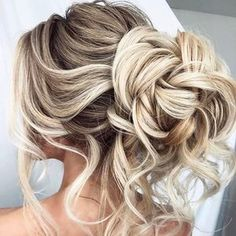 We're in love with these top 10 messy updos! Perfectly imperfect messy hairstyle ideas are featured on our blog now. Link in profile!  Inspiration via @elstilespb . . . #bohohair #bohowedding #weddinghair #bride #bridalhair #messyupdo #updo