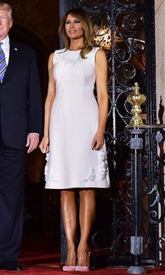 For dinner at Mar-a-Lago on April the first lady opted for spring pastels. Melania wore a tailored pale rose sheath dress with white floral embellishment along with shoes in a deeper shade of pink. Donald Trump Wife, Donald And Melania Trump, First Lady Melania Trump, Melania Trump Shoes, Melania Trump Dress, Trump Melania, Fashion 2018, Star Fashion, Fashion Dresses