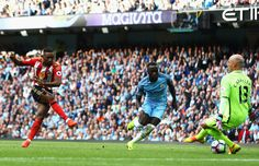 Jermain Defoe of Sunderland scores his sides first goal during the Premier League match between Manchester City and Sunderland at Etihad Stadium on August 13, 2016 in Manchester, England.