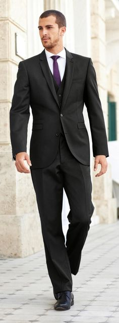 Wear a black three piece suit and a white oxford shirt for a classic and refined silhouette. To break out of the mold a little, rock a pair of black leather brogues. Black Three Piece Suit, Black Suit Men, Black Tuxedo, Sharp Dressed Man, Well Dressed Men, White Tuxedo Wedding, Black Brogues, Leather Brogues, Top Mode