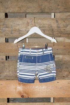 Lekkere (dikkere) katoenen short in een vintage look! Heerlijk voor de zomer en leuk met een witte polo of shirt.
