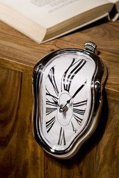 Wall Clock Salvador De Salvador Dali klok is een genot om naar te kijken of om cadeau te krijgen. Een Cult klokje voor aan de kast of op een traptrede. Vervormd zoals deze klok eruit ziet, zo exact geeft hij de tijd weer. Size: 18 x 12 x 13 cm. Battery: 1 x AA not included.