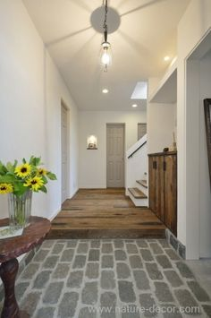 玄関をキレイにしていると、運気も上がりそうですよね♪素敵にアレンジして、こだわりの空間にしませんか。玄関を素敵にリメイクしたいのにやり方が分からない!そんな方にもおすすめのインテリア術をご紹介します。 Room Interior, Interior And Exterior, Interior Design, Style At Home, House Entrance, Japanese House, Architect Design, Interior Inspiration, Interior Architecture