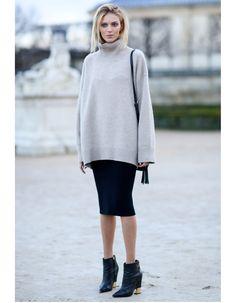 Col roulé sur jupe crayon