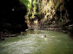 Amerika punya Grand Canyon, Indonesia punya Green Canyon. Tepatnya di Pangandaran, Jawa Barat, wisata alam ini menyuguhkan pemandangan dan wisata air yang sangat indah. (c) blog.travelpod.com