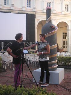 Intervista a Roberta Bellesini davanti la bottiglia di Giorgio Faletti