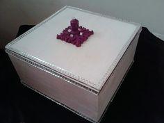 Caixa branco perolado com detalhes em espelho, com detalhes em rosa aceitamos encomendas em outras cores entregamos em todo brasil medida 17larg X17 compX8 altura] frete à pagar prazo de entrega 7 dias apoas confirmação do pedido, PRONTA ENTREGA R$30,00