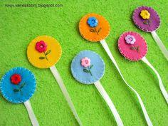 more cute bookmarks Felt Bookmark, Bookmark Craft, Ribbon Crafts, Felt Crafts, Diy Crafts, Cute Bookmarks, Bazaar Crafts, Felt Books, Book Markers