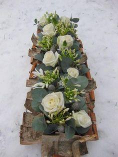 Winters bloemstuk maken - bloemschikken winter met boomschors en witte bloemen