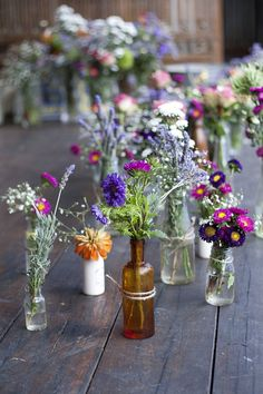 Kunterbunte Blumen in alles verschiedenen Vasen <3 #tollwasblumenmachen
