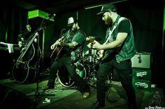 Matt Mayhem -contrabajo-, Bob Wayne -voz y guitarra-, Joe Mitchell -batería- y Mike Khalil -guitarra- de Bob Wayne & The Outlaw Carnies  http://denaflows.com/galerias-de-fotos-de-conciertos/b/bob-wayne-the-outlaw-carnies/