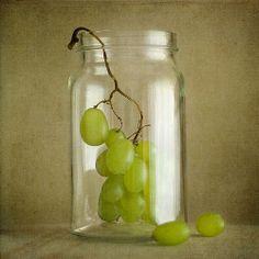 Racimo de uvas  en un bote