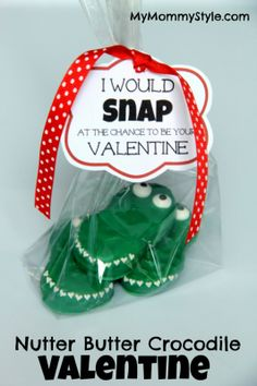 Printable available! So cute! #valentinesday #valentine #mymommystyle www.mymommystyle.com crocodile valentine treat idea