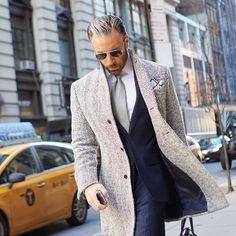 Traje azul y abrigo gris claro