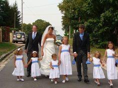robe de mariée ivoire et petites robes blanches........  pas terrible!!