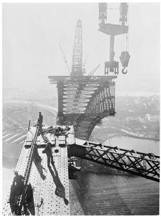Construction of the Sydney Harbour Bridge in 1930.   🌹