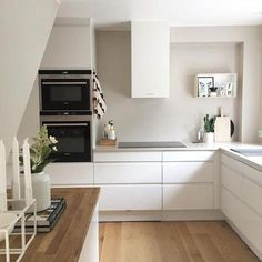 Pinning for the draw pulls, no silver just white, love the no handles. Voxtorp Ikea, Interior Design Kitchen, Kitchen Decor, White Kitchen Inspiration, Interior Inspiration, Kitchen Drawing, Kitchen Pictures, Kitchen Cabinetry, Cabinets