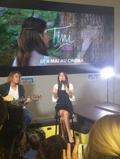 Tini singing for hers fans and Tini are pretty and i love hers voice and now danish version: Tini synger for hendes fans og Tini er pæn og jeg elsker hendes stemme