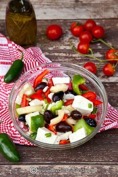salata-de-ardei-cu-feta Fruit Salad, Cobb Salad, Lunches, Places, Food, Fine Dining, Fruit Salads, Eat Lunch, Essen