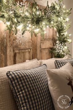 Unique Outside DIY Christmas Lights on a budget Christmas Bedroom, Christmas Night, Noel Christmas, Rustic Christmas, All Things Christmas, Vintage Christmas, French Country Christmas, Christmas Mantles, Natural Christmas