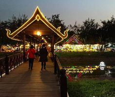 Camino al mercado nocturno en Cambodia #Cambodia #Sudeste #Mercado #Artesanías #Recuerdos #Backpackers #Travelers #Mochileros #AmoViajar #NonStop Capturado por lore_fca