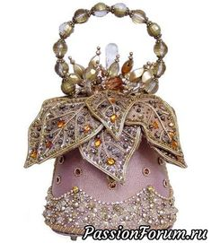 Don't know how this is made, or from what materials, but it looks so pretty! Shared by SPCN Unique Handbags, Unique Purses, Unique Bags, Purses And Handbags, Vintage Purses, Vintage Bags, Vintage Handbags, Mary Frances Purses, Mary Frances Handbags