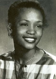 young whitney houston looks identical to my Mom. Crazy