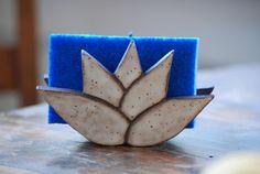 Cette liste est pour un porte-éponge fleur lotus. Cette pièce est légèrement surélevée avec pieds en céramique et a des trous dans la base pour favoriser le drainage et de garder votre éponge propre et sec.  Il mesure environ: 3 pouces de hauteur par 4 pouces de large et 2 pouces Ceramic Soap Dish, Stoneware Clay, Earthenware, Soap Dishes, Hand Built Pottery, Slab Pottery, Ceramic Pottery, Pottery Art, Ceramic Art