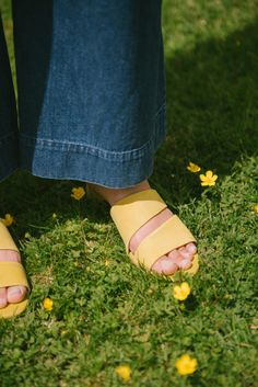 Randa salloum, Garmentory,  denim pants, 70s style, 70s outfit, iphone sling, fashion blogger, style blogger, summer style, spring style., yellow shoes, yellow sandals