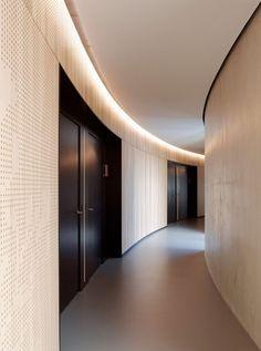 Ecco's Hotel / DISSING+WEITLING Architecture  //La luz indirecta siempre es más confortable, las sombras se difuminan y se logra un bajo contraste //MMH//